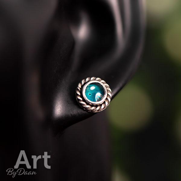 Uniek ontwerp met de hand gesmede zilveren oorknopjes met zeegroene steen