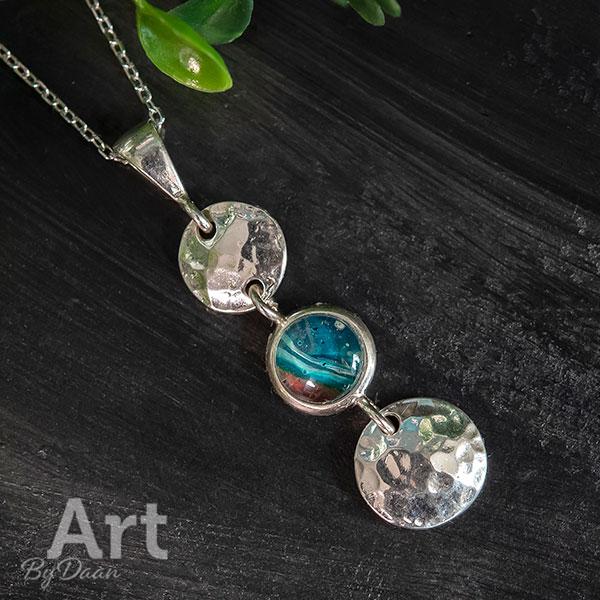 Unieke zilveren ketting met handgemaakte groene steen