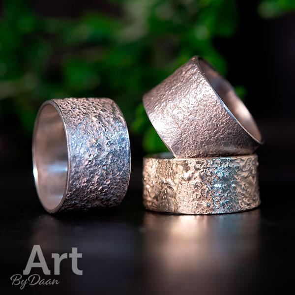 Brede duimringen met structuur zilver of goud