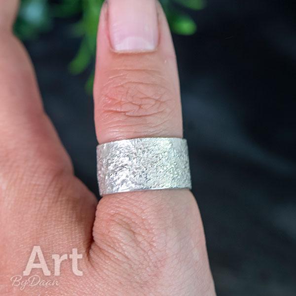 Brede duimringen met structuur zilver