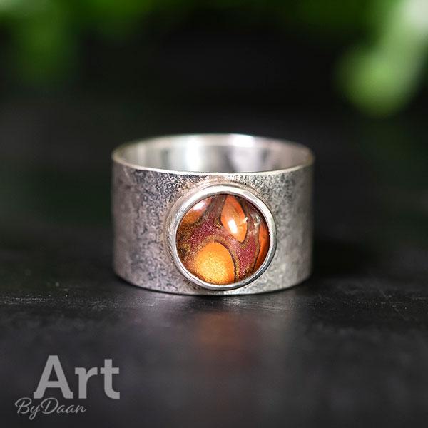 Brede duimringen met structuur in zilver met steen