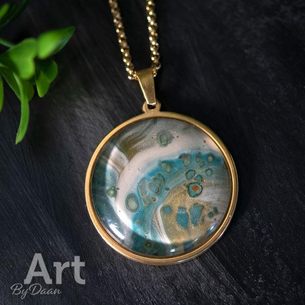 Goudkleurige ketting met handgemaakte blauwe steen