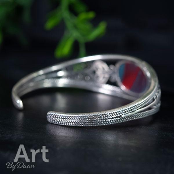Zilveren manchetarmband met rode steen