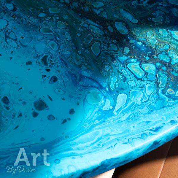 Unieke ronde blauwe eettafel met kunstwerk