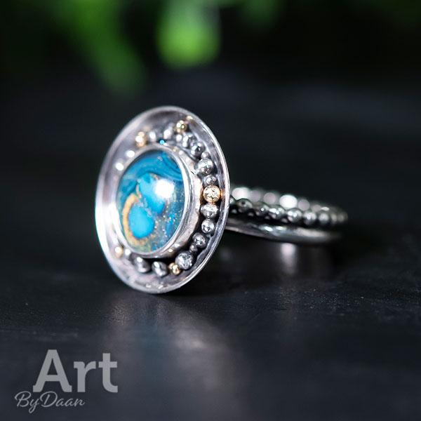 Unieke handgesmede ring met blauwe steen en balletjes goud
