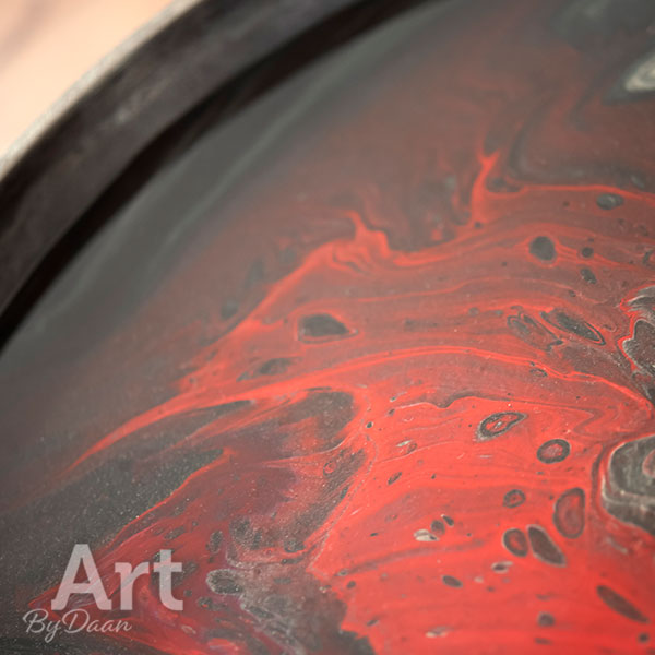 Exclusieve grijs metalen bijzettafels met rode kunstwerken