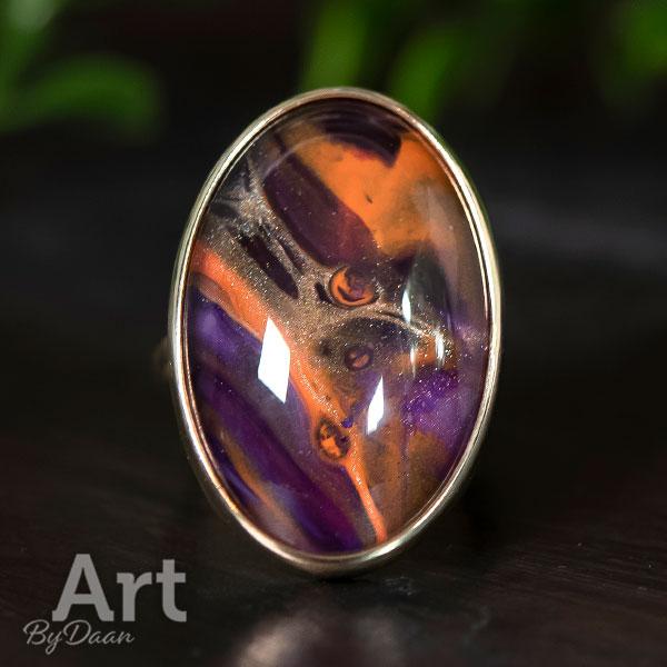 Grote opvallende ovale gouden ring met paarse steen handgemaakt