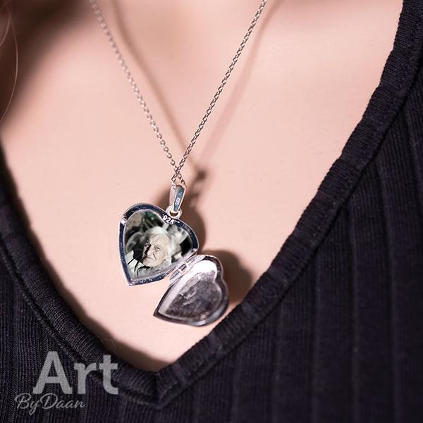 Ketting met hart medaillon en gekleurde handgemaakte steen