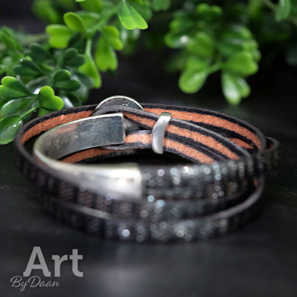 Zwart leren wikkelarmband met zwart witte steen handgemaakt