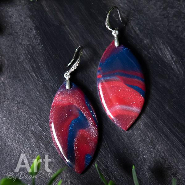 Zilveren oorbellen in bladvorm blauw rood