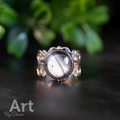 antiek-zilveren-ring-met-zwart-wit-kunstwerkje.jpg