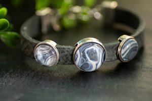 antraciet-leren-armband-met-blauwe-stenen2.jpg