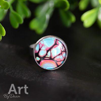 Bijzondere ring met kleurrijke steen handgemaakt