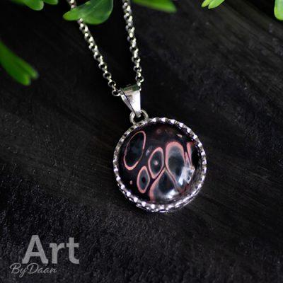 Aparte zilveren hanger met roze/zwarte steen