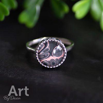 Aparte zilveren ring met zwart roze steen handgemaakt