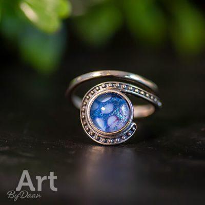 bijzondere-zilveren-verstelbare-damesring-met-blauwe-steen4.jpg