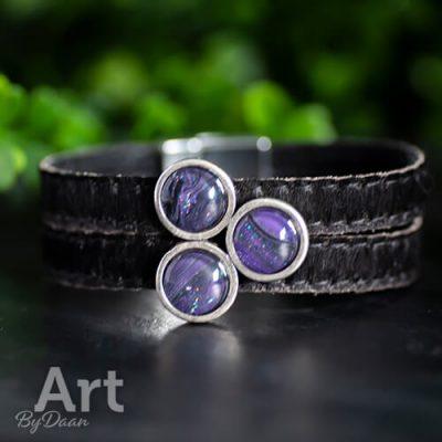 Brede leren armband van bont met paarse stenen
