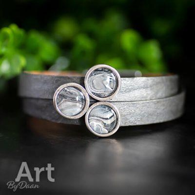 Brede leren grijze armband met mooi binnenwerk