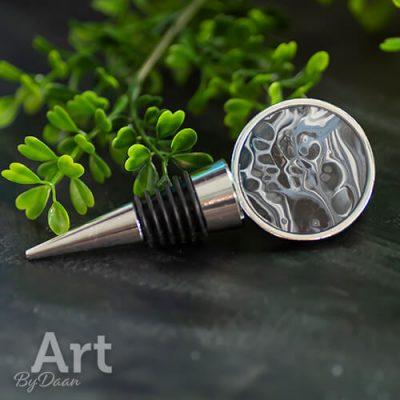design-flessenstop-met-kunstwerk-in-grijsblauw.jpg
