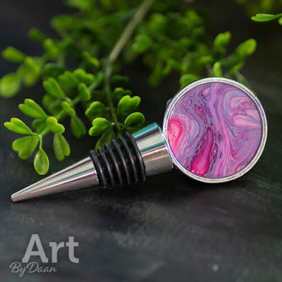 design-flessenstop-met-kunstwerk-in-roze.jpg