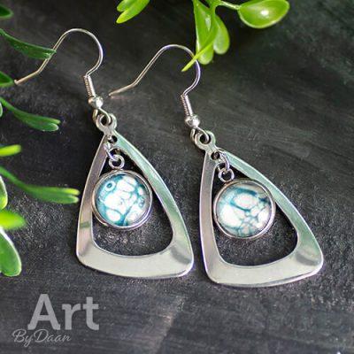 feestelijke-oorbellen-met-blauw-en-zilver.jpg