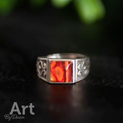 Grove zilveren ring met vierkante oranje steen