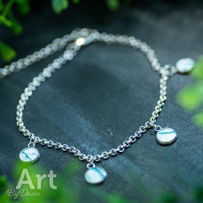 handgemaakt-enkelbandje-met-blauwe-en-witte-stenen3.jpg