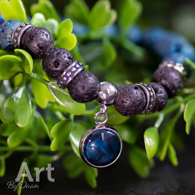 handgemaakte-armband-met-blauw-en-lavastenen-e1565464352231.jpg