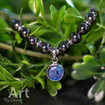 handgemaakte-armband-met-grijze-hematiet-edelstenen-en-blauwe-bedel-handgemaakte-sieraden3.jpg
