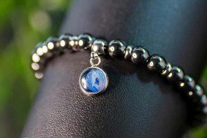 handgemaakte-armband-met-grijze-hematiet-edelstenen-en-blauwe-bedel-handgemaakte-sieraden4.jpg