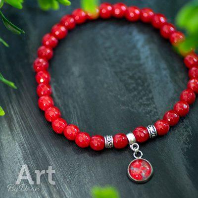 handgemaakte-armband-met-rode-koraal-edelstenen-en-rood-kunstwerkje.jpg