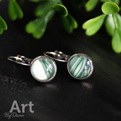 Handgemaakte dichte oorhangers met groene steen handgemaakt