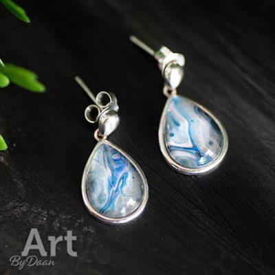 Handgemaakte druppeloorbellen met zilver en blauw