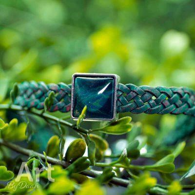 handgemaakte-herenarmband-met-blauw-leer-en-blauwe-steen-handgemaakte-sieraden.jpg