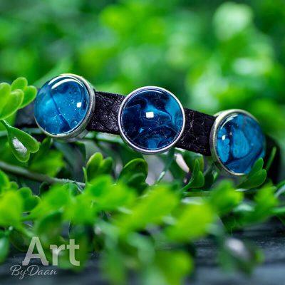 handgemaakte-herenarmband-met-blauwe-sluiting-en-stoere-sluiting-handgemaakte-sieraden.jpg