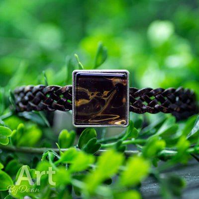 handgemaakte-herenarmband-met-bruin-leer-en-bruin-gele-steen-handgemaakte-sieraden.jpg