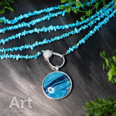 handgemaakte-ketting-van-geverde-turquoise-stenen-met-wisselbare-hanger2.jpg