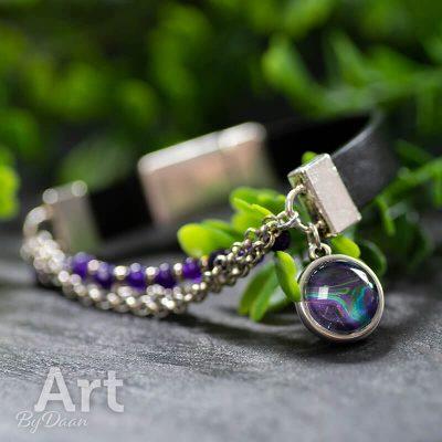 handgemaakte-leren-armband-met-paarse-jade-edelstenen-en-bedel.jpg