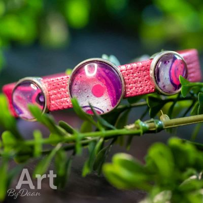 handgemaakte-leren-armband-roze-met-3-kunstwerkjes.jpg