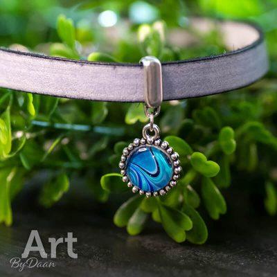 handgemaakte-leren-grijsblauwe-choker-met-blauw-kunstwerk-handgemaakte-sieraden.jpg