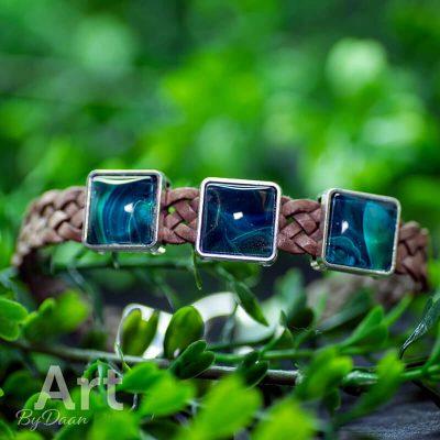 handgemaakte-leren-herenarmband-met-zeegroene-stenen-en-gevlochten-leer-handgemaakte-sieraden.jpg