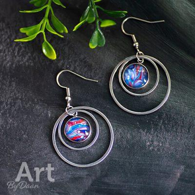 handgemaakte-oorbellen-met-ringen-en-blauwe-steen2.jpg