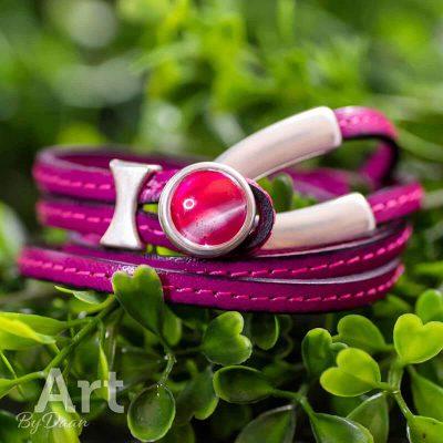 handgemaakte-roze-leren-wikkelarmband-met-roze-steen-e1565456948539.jpg
