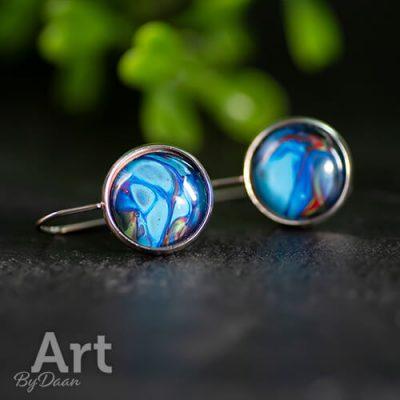 handgemaakte-rvs-oorbellen-met-blauw-rode-steen.jpg