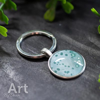 handgemaakte-sleutelhanger-met-groen-en-wit-25mm.jpg