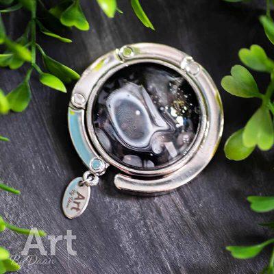 handgemaakte-tassenhanger-met-zwart-witte-steen-handgemaakte-sieraden.jpg