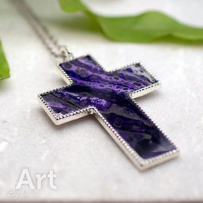 hanger-kruis-handgemaakte-paarse-hanger-christelijk.jpg