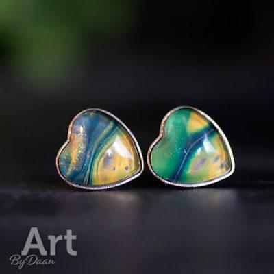 Hartjes oorbellen met blauw goud en groen