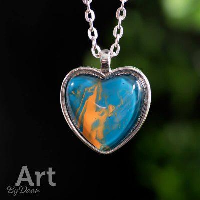ketting-met-handgemaakte-hart-hanger-blauw-met-oranje.jpg