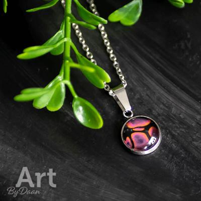 Kleine handgemaakte hanger met roze/oranje steen